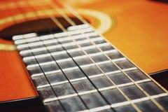 Cordas clássicas acústicas da guitarra Teoria das cordas em um exemplo de uma guitarra Imagens de Stock Royalty Free
