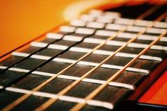 Cordas clássicas acústicas da guitarra Teoria das cordas em um exemplo de uma guitarra Imagem de Stock