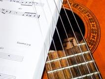 Cordas da guitarra e folhas de música Fotografia de Stock
