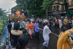 Cordas de arrasto dos devotos - Rath em Kolkata Fotos de Stock Royalty Free