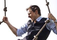 Cordas de escalada do homem de negócios forte, capaz Imagens de Stock Royalty Free