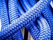 Cordas de uma placa de navigação Fotos de Stock Royalty Free