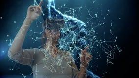 Cordas do ADN com a mulher que usa auriculares de VR video estoque