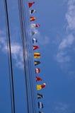 Cordas do navio e bandeiras de sinal altas imagens de stock