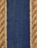 Cordas do navio no fundo das calças de brim Imagens de Stock