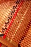 Cordas do piano aberto imagens de stock