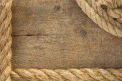 Cordas e nó do navio no fundo de madeira Imagem de Stock Royalty Free
