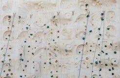 Cordas e punhos azuis de Bels na parede de escalada Fotografia de Stock Royalty Free