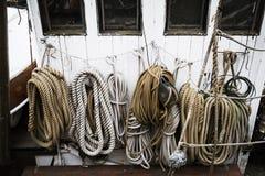 Cordas enrolado em um barco Fotografia de Stock