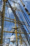 Cordas no mastro do veleiro em um dia ensolarado imagens de stock royalty free