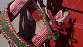 Cordas tecidas na madeira pintada vermelha video estoque
