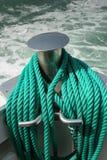 Cordas verdes da amarração a bordo do barco Imagens de Stock Royalty Free