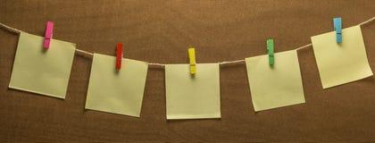 Corde à linge papier de note accrochant de courrier de photo Photos libres de droits