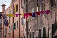 Corde à linge à Venise avec l'habillement multicolore images libres de droits