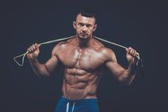 Corde à sauter d'homme musculaire forme physique active de sport image stock