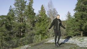 Corde à sauter de boxeur professionnel suédois caucasien masculin extérieure en nature banque de vidéos