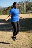 Corde à sauter de femme convenable en parc images libres de droits