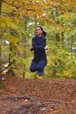Corde à sauter de jeune belle femme de forme physique dans la forêt, automne Co Image libre de droits