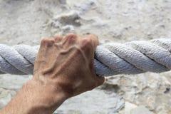 Corde âgée intense d'adhérence d'encavateur de main d'homme grande image stock