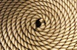 Corde épaisse lourde lovée d'une manière ordonnée photographie stock libre de droits