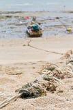 Corde attachée à un bateau de pêche sur la plage. Photos libres de droits