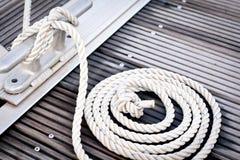 Corde blanche d'amarrage Photo stock