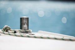 Corde blanche d'amarrage attachée autour de l'ancre en acier photo stock