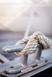 Corde blanche d'amarrage sur le bateau Photographie stock