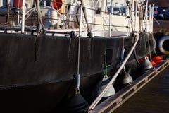 Corde blanche sur le bateau noir Photo libre de droits