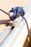 Corde bleue d'amarrage sur le bateau Photo libre de droits