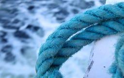 Corde bleue sur un bateau Image stock