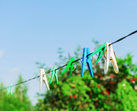 Corde colorée de pinces à linge de crochet en plastique de blanchisserie Photographie stock libre de droits