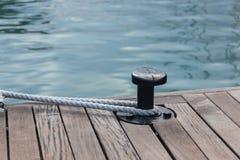 Corde d'amarrage attachée autour de l'ancre en acier Photos libres de droits