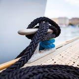 Corde d'amarrage sur le bateau Photo libre de droits