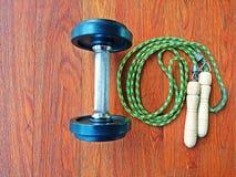 Corde d'haltère et de saut ou corde à sauter dans le gymnase Images libres de droits
