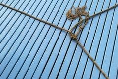 Corde de bateau, noeud de corde sur le bleu en bois Image libre de droits