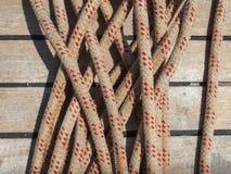 Corde de bateaux contre la plate-forme de teck Images libres de droits