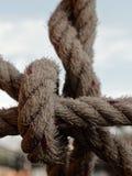 Corde de chanvre attachée ensemble sur le radeau en acier dans la forme du filet pour empêcher quelqu'un tombant dans l'eau photo stock