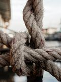 Corde de chanvre attachée ensemble sur le radeau en acier dans la forme du filet pour empêcher quelqu'un tombant dans l'eau image libre de droits