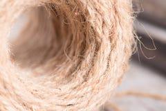 Corde de chanvre sur le fond en bois Photo libre de droits