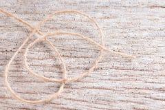 Corde de chanvre sur le fond en bois Image stock