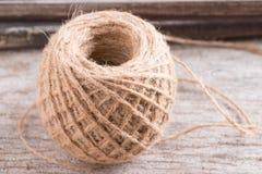 Corde de chanvre sur le fond en bois Images libres de droits