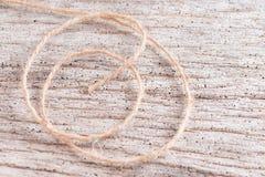 Corde de chanvre sur le fond en bois Photographie stock