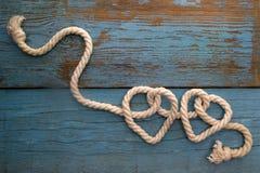 Corde de laisse dans la forme de coeur sur le bois Images libres de droits