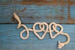 Corde de laisse dans la forme de coeur sur le bois Image stock