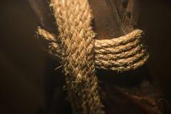 Corde de corde lovée sur un pilier en bois Photo libre de droits