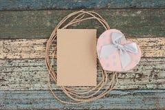 Corde de papier de Brown et boîte-cadeau de coeur sur le bois de vintage Photos libres de droits