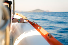 Corde de prise d'homme sur le bateau Photographie stock
