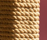 Corde de corde sur le poteau comme fond Image stock