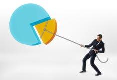 Corde de traction d'homme d'affaires avec le morceau du graphique circulaire Photo libre de droits